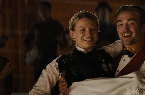"""In """"Damsel"""" der Gebrüder David und Nathan Zellner sind die echten Kerle am Wilden Westen längst irre geworden: Mia Wasikowska und Robert Pattinson. Foto: Produzent"""