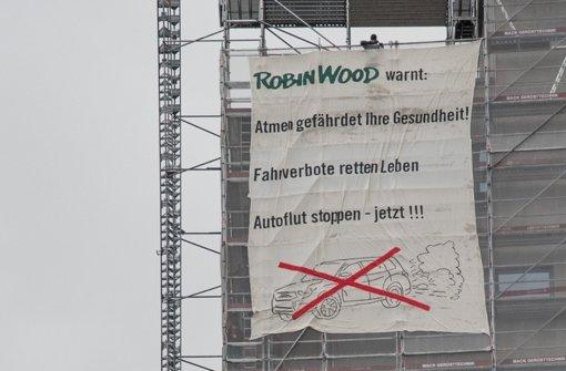 """Aktivisten der Umweltschutzorganisation """"Robin Wood"""" gelang es, ein riesiges Plakat am Tagblattturm anzubringen.  Foto: Jens Volle/Robin Wood"""