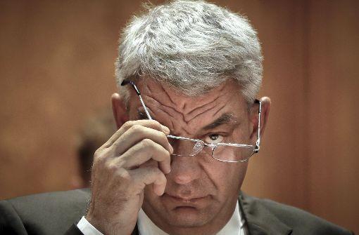 Der rumänische Ministerpräsident Mihai Tudose hat die Rücktrittsgesuche der Ministerin für Regionalentwicklung, Sevil Shhaideh, und der Ministerin für EU-Fonds, Rovana Plumb, entgegengenommen. Foto: AP