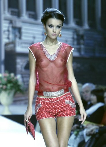 Veronica Nico schickt ihre Models in transparentem Look über den Laufsteg. Daneben gehen die Ohrringe fast unter. Foto: AP