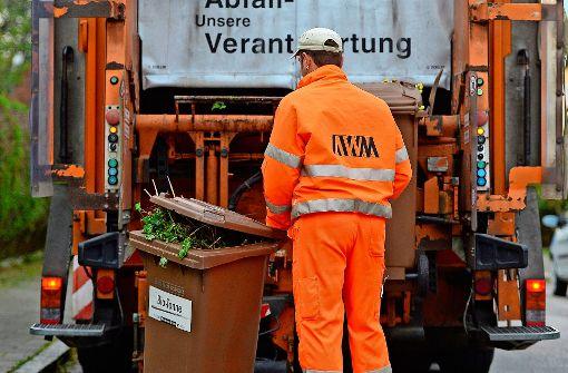 Frau wird von Müllfahrzeug überrollt
