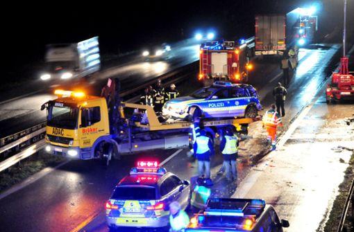 Lastwagen prallt gegen Polizeiauto - Eine Tote, zwei Schwerverletzte
