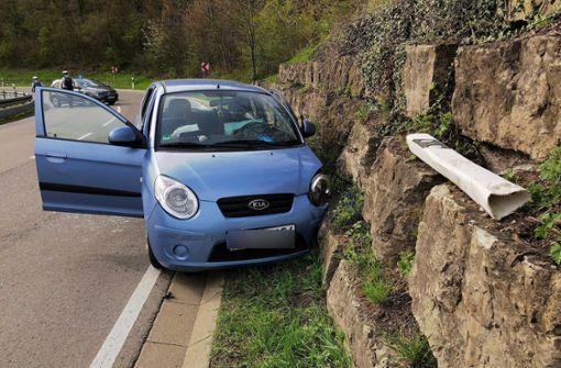 Kia rammt eine Steinmauer