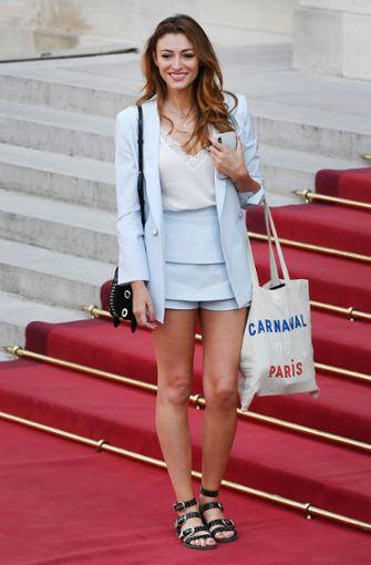 Hier trägt die Freundin von Benjamin Pavard noch flache Schuhe. Wechselt später auf Schuhe mit Absätzen. Foto: AFP