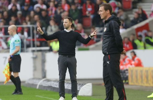 Sieger im Duell der Jung-Trainer: Domenico Tedesco (links) gewinnt mit dem FC Schalke gegen Hannes Wolf und den VfB Stuttgart. Foto: Pressefoto Baumann