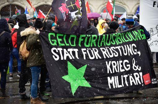 Die Demonstranten wenden sich gegen Rüstung, Krieg und Militär. Foto: dpa