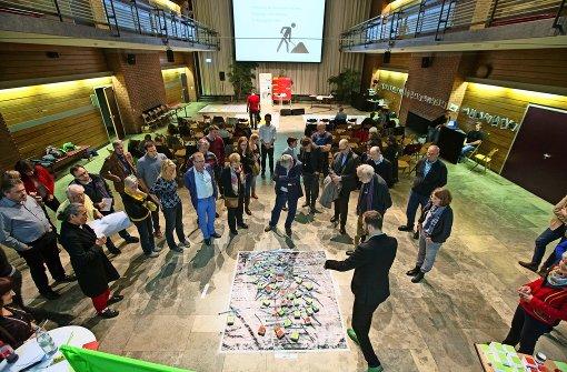 Angeregte Diskussionen: die Mitglieder der Arbeitsgruppen machen sich viele Gedanken über die Villa Berg. Foto: Lichtgut/Leif Piechowski