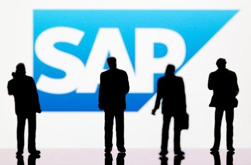 Kleine Plastikfiguren stehen vor dem SAP-Logo. 600 Mitarbeiter nutzen das Abfindungsprogramm der Walldofer IT-Schmiede. Foto: dpa