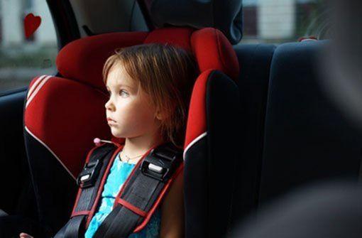 Fährt nur ein Kind mit in den Urlaub? Einzelkinder haben keinen Spielpartner dabei, da kommt schnell Langeweile auf. Daher sollte sich ein Erwachsener auch mal mit nach hinten setzen und für gute Stimmung und Abwechslung sorgen. Dann kann sich der Fahrer voll und ganz auf seinen Job konzentrieren. Foto: Shutterstcok/Alena Ozerova