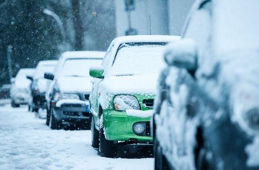Sicher ans Ziel kommen auf winterlichen Straßen - das Auto vor dem Losfahren von Schnee und Eis zu befreien, ist schon mal ein guter Anfang. (Symbolbild) Foto: dpa