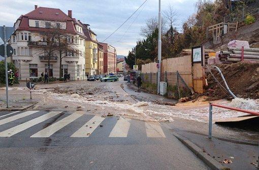 Wasser strömt über die Haußmannstraße