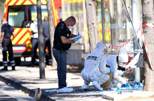 Auto rast in Bushaltestellen – eine Tote