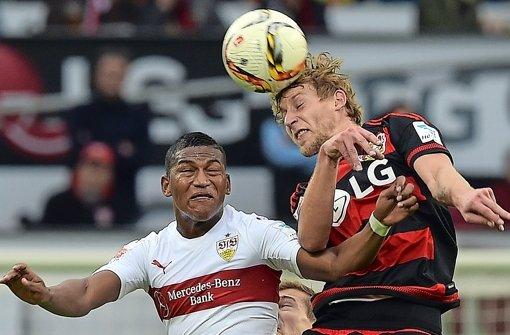 Stürmt Stefan Kießling (rechts, hier gegen Carlos Gruezo) schon bald für den VfB Stuttgart? Foto: dpa