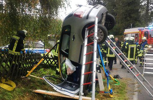 Schwangere Fahrerin leicht verletzt Auto steckt senkrecht im Graben