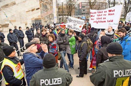 Bei einem Symposium der Bildungsplangegner blieb der Protest vor der Liederhalle nicht aus Foto: Martin Stollberg