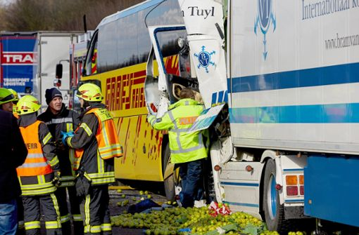 Bei einem Unfall zwischen einem Reisebus und zwei LKW auf der A3 bei Limburg sind zwei Menschen ums Leben gekommen. Foto: dpa