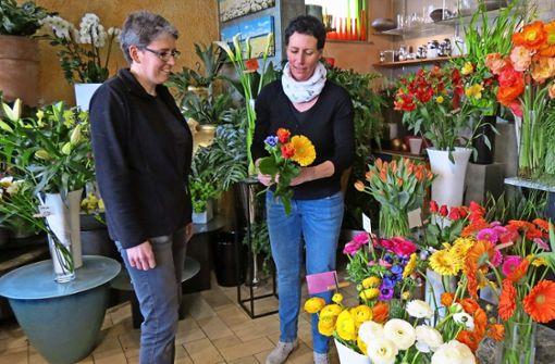 Wer Wert auf individuell und schön gebundene Blumensträuße legt, muss in den Fachhandel – wie beispielsweise zu  Martina Knauer (li.) und Anja Kukulinus in den Blumenladen Beilharz in Degerloch. Foto: Julia Bosch