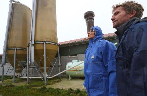 Veterinärin Stefanie Fuhrmann (links) vom Landratsamt Konstanz überprüft bei einem Rundgang den Geflügelhof für Freilandhühner von Landwirt Christoph Hönig bei Eigeltingen. Foto: dpa