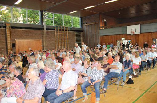 Etwa 400 Botnanger sind in die Turn- und Versammlungshalle gekommen.  Foto: Torsten Ströbele