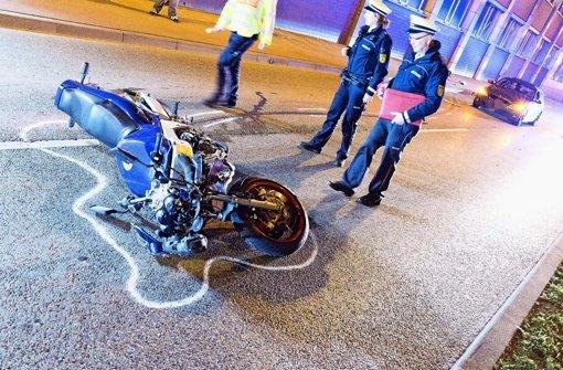Einer von acht tödlichen Unfällen 2015 in Stuttgart: Ein Motorradfahrer verunglückt in der Pragstraße Foto: 7aktuell/Reichert