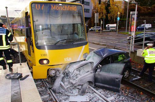 Dabei missachtete er offenbar eine rote Ampel und stieß mit einer Stadtbahn zusammen. Foto: Andreas Rosar Fotoagentur-Stuttg