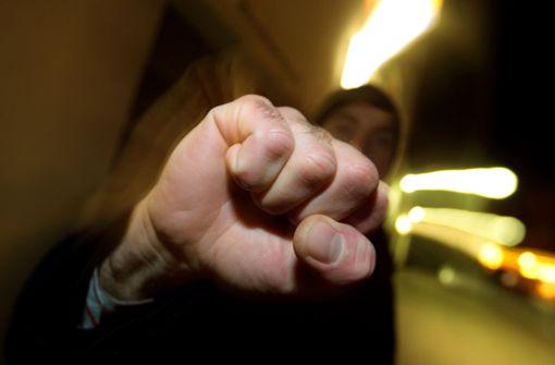 Der Konflikt zwischen den Personengruppen begann als verbaler Streit und endete in einer körperlichen Auseinandersetzung (Symbolbild). Foto: dpa
