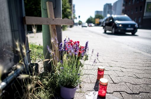 Nahe der Unfallstelle drücken Angehörige, Freunde sowie Bewohner von Mönchengladbach ihre Anteilnahme aus. Foto: dpa