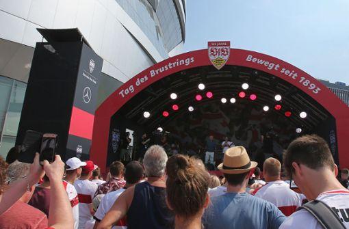 Am Tag des Brustrings feiern die VfB-Fan sich selbst und die Mannschaft. Foto: Pressefoto Baumann
