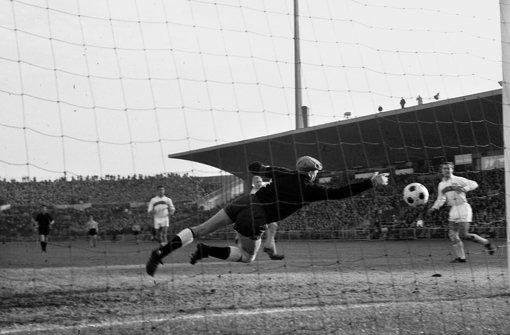 Aus den Anfängen der Bundesliga: Sawitzki fliegt durch das alte Neckarstadion. Foto: Pressefoto Baumann