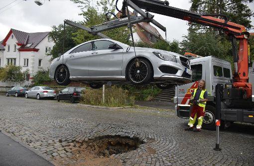 Straße senkt sich bedrohlich ab – Daimler steckt fest