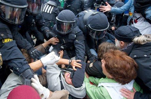 Der 34-jährige Polizist soll am sogenannten schwarzen Donnerstag, also am 30. September 2010,  Stunden vor dem Einsatz der Polizeiwasserwerfer einen Mann im Schlossgarten mit dem Schlagstock verletzt haben. Foto: dpa