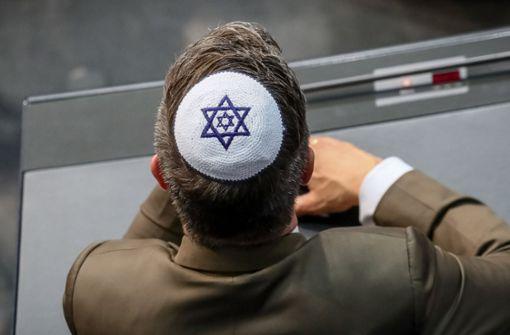 Einige Abgeordnete trugen bei der Debatte im Bundestag zur Gründung Israels vor 70 Jahren Kippas –  aus Protest gegen die Angriffe auf Israelis in den vergangenen Tagen. Foto: dpa