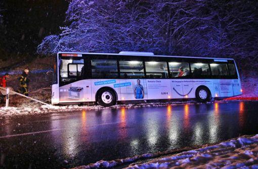 Ein Reisebus bei Rudersberg ist von der Straße abgekommen. Foto: 7aktuell.de/ Lermer