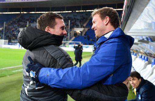 VfB-Coach Hannes Wolf und Julian Nagelsmann begrüßen sich freundlich vor dem Spiel. Foto: dpa