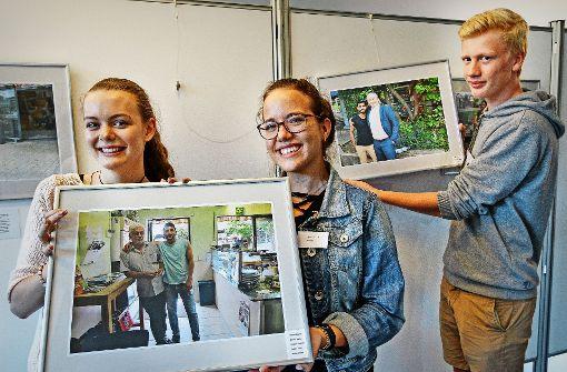 Bilder einer Ausstellung: Laura Grundmann, Annika Gimpel und Elias Gliniorz präsentieren zwei ihrer Motive. Foto: factum/Bach, privat
