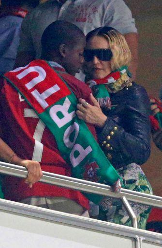Madonna und Sohn David trugen beide den Portugal-Fan-Schal und bejubelten die Tore der Portugiesen. Foto: AFP