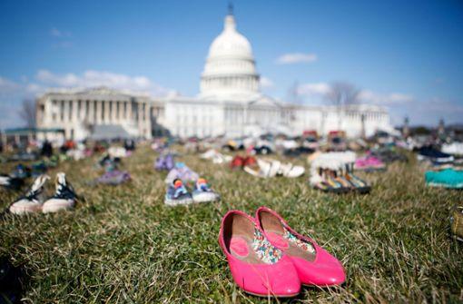 Zeichen des Protest: Auf dem Rasen am US-Kongress in Washington haben Aktivisten 7000 Paar Schuhe aufgestellt. Foto: XinHua Xinhua