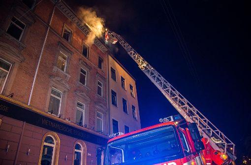 Bewohner flüchten vor Flammen aufs Dach