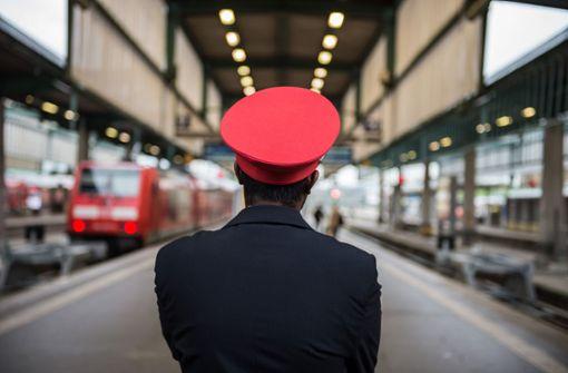 Lokführer vergisst Zugchefin am Gleis
