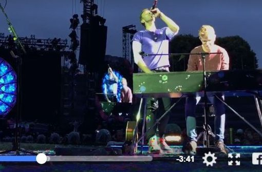 Konzert in München: Fan begleitet Chris Martin am Keyboard