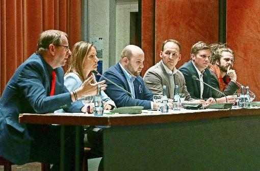 Richard Pitterle (Linke), Jasmina Hostert (SPD), Markus Frohnmaier (AfD), Marc Biadacz (CDU), Florian Toncar (FDP) und Tobias Bacherle (Grüne, von links) versuchten,  sich  während der Diskussion zu profilieren und sich abzugrenzen – das gelang nicht immer. Foto: factum/Granville