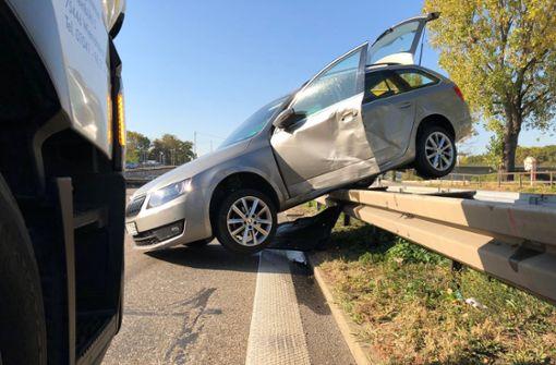 Lkw-Fahrer rammt Auto auf Leitplanke
