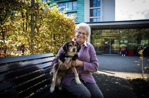 Annette Korte mit ihrem Hund Charly vor dem Generationenzentrum Sonnenberg. Die beiden sind ein unzertrennliches Team Foto: Lichtgut/Achim Zweygarth