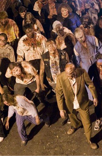 Einst waren sie normale Menschen. Nachdem sie aber mit dem Zombie-Virus infiziert wurden, sind zu einem Leben als Untote erweckt worden. Als Wiedergänger geistern Zombies seelen- und willenlos umher und ernähren sich von Menschenfleisch. Foto: dpa