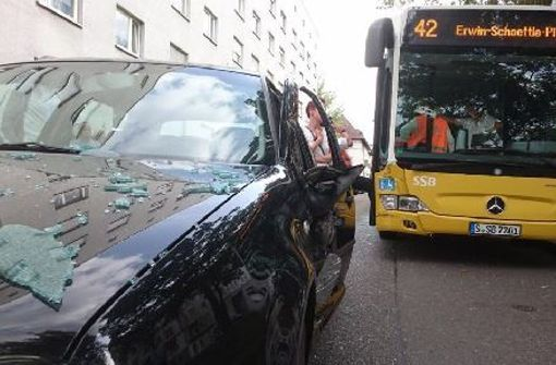 Autofahrerin bei Unfall mit Bus verletzt