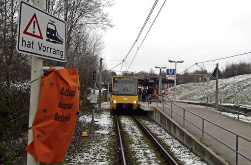 Abgedeckte Springlichter am Stadtbahn-Übergang: An der Haltestelle Hauptfriedhof   ist ein Steuergerät defekt.  Spätestens in  vier Wochen soll es ausgetauscht werden. Foto: Steegmüller