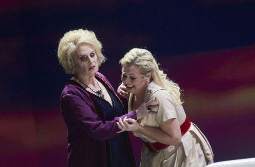 """Die Mezzosopranistin Doris Soffel singt die Klytemnästra in """"Elektra"""", hier mit Simone Schneider (rechts). Foto: Martin Sigmund"""