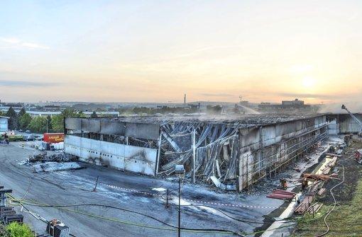 Böblingen, Hans-Klemm-Straße 21: Auf dem Gelände des großen Sanitärhandels Reisser ist nichts mehr wie zuvor – die Löscharbeiten in der einsturzgefährdeten Lagerhalle Foto: 7aktuell.de/Eyb