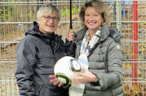 Rupert Kellermann und Claudia Diem bei der Einweihung der Tore des Bolzplatzes Kombe. Foto: Heike Armbruster