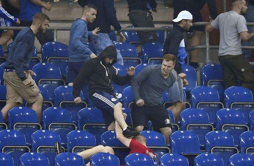 Fans von Schalke 04 und Eintracht Frankfurt prügeln sich